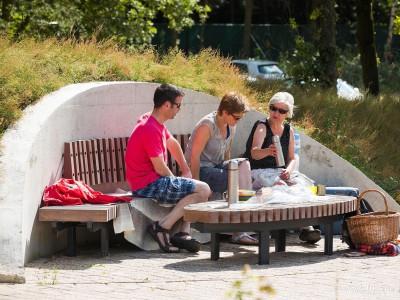 Paraboolbank - Well(NB) 01 - Fhreja - Ontwerpbureau Groene Leefomgeving - zitbank - beton - hout - natuur